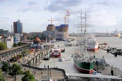 Blick über den Niederhafen und der Überseebrücke zur Baustelle der Elbphilharmonie.