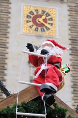 Weihnachtsmann auf Strickleiter / Weihnachtsmarkt am Hamburger Rathausmarkt.