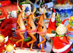 Weihnachtsdekoration, Rentiere und Weihnachtsmann aus Plastik - Weihnachtsmarkt in Hamburg.