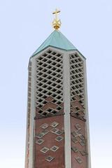 Fotos aus dem Hamburger Stadtteil Horn - Bezirk Hamburg Mitte. Kirchturmspitze mit Krone und Kreuz der Kapernaumkirche; errichtet1961 - Architekt Otto Kindt.