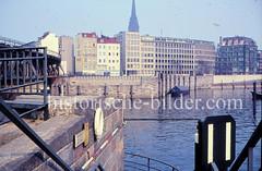 Blick über den Hamburger Binnenhafen zur Straße Kajen in der Hambuger Altstadt (1976).