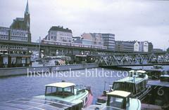 Die Sturmflut hat bei der Überseebrücke in der Hamburger Neustadat 1976 einen Höhe von 6,45 über Normalnull erreicht. Das Wasser der Elbe steht bis kurz unter der Krone der Sturmflutschutzanlage am Johannisbollwerk / Vorsetzten. auf der Promenade un