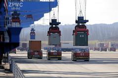 Fotos vom Hamburger Container Terminal Altenwerder; landseitiges Absetzen der Container auf die Transportmittel AGV.