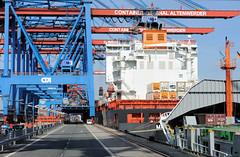 Fotos vom Hamburger Container Terminal Altenwerder; Bilder von Container Feeder im Hamburger Hafen. Ein Feederschiff (englisch feeder vessel oder feeder ship; von to feed = füttern, versorgen) ist ein speziell für Containertransporte gebautes Frachts