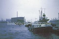 Barkassen liegen bei Hochwasser  an den Pontons bei der Überseebrücke - im Hintergrund der massive Kaispeicher A; das Hochwasser hat auch dort fast die Kainanlagen erreicht.