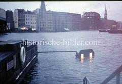 Blick über den Hamburger Binnenhafen zur Straße Kajen in der Hambuger Altstadt während des Hochwassers 1976.