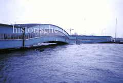 Bei der Sturmflut 1976 erreichte das Hochwasser in der Hamburger Neustadt seinen bisher gemessenen Höchststand von 6,45m über NN ( 1963 = 5,70m ). Das Wasser steht bei der Überseebrücke so hoch, dass eine Durchfahrt für Schiffe nicht mehr möglich is
