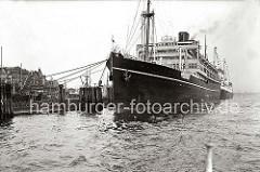 Die RMS VICEROY OF INDIA der Reederei Peninsular and Oriental Steam Navigation Company (P&O) hat im Hamburger Hafen fest gemacht. Der Ponton, an dem das Passagierschiff liegt, ist zur Hafenseite mit einem Holzzaun gesichert. Im Hintergrund ist d
