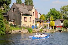 Fotos vom Verlauf der Bille in Hamburg; Kanu auf der Bille - Wohnbebauung am Ufer.