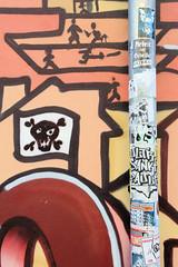 Fotos aus dem Hamburger Stadtteil St. Pauli, Bezirk Mitte; Graffiti und Sticker am Regenrohr.