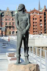 Bronzeskulptur von Klaus Störtebeker in der Hamburger Speicherstadt, Osakaallee / Störtebeker Ufer; Bildhauer Hansjörg Wagner, 1982.
