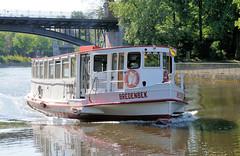 Alsterschiffe der Weissen Flotte in Hamburg. Die Bredenbek fährt auf der kanalisierten Alster Höhe Winterhuder Fährhaus.