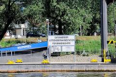 Anleger in Entenwerder - Lotsenübernahmestadtion für Binnenschiffe - im Hintergrund das Gebäude vom Entenwerder Fährhaus und der Bug des Tankschiffs Hummel.