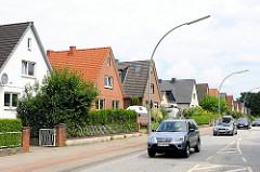 Einfamilienhäuser an der Strasse, Autoverkehr - Bilder aus Hamburg Lohbrügge.