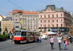 Historische Architektur in Tschechien, Brno / Brünn - mehrstöckige Geschäftshäuser / Wohnhäuser, Strassenbahn.