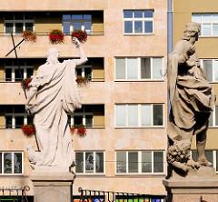 Religiöse Skulpturen vor der Kapuzinerkirche in Brünn, Brno - im Hintergrund Plattenbau / Neubau.