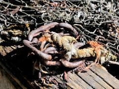 Alte Eisenkette und Fischernetz - historische Hafenbilder.