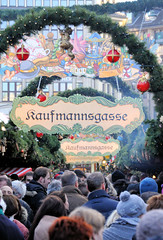 Dicht gedrängte Besucher*innen auf dem Weihnachtsmarkt auf dem Hamburger Rathausplatz.