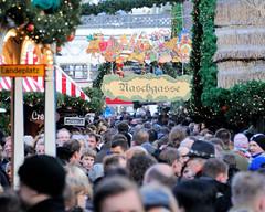 Dicht gedrängte Besucher des Hamburger Weihnachtsmarkt auf dem Rathausplatz.