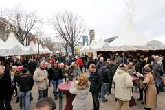 Besucher*innen auf dem Weihnachtsmarkt am Hamburger Jungfernstieg.