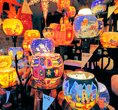 Stand mit bunten Lampen auf dem Weihnachtsmarkt in der Hamburger Innenstadt.