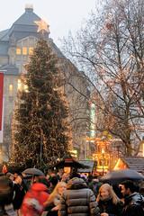 Beleuchteter Tannenbaum, Lichterketten - Hamburger Weihnachtsmarkt in der City.