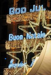 Beleuchteter Schriftzug - God Jul, Buon Natale - Weihnachtsmarkt am Hamburger Jungfernstieg.