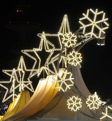Leuchtende Sterne, Schneeflocken auf dem Weihnachtsmarkt am Hamburger Jungfernstieg.