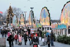 Weihnachtliche Märchenschiffe am Anleger Jungfernstieg in der Hamburger Innnestadt.