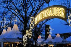 Beleuchteter Schriftzug Winterzauber am Hamburger Jungfernstieg.
