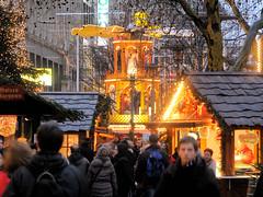Weihnachtspyramide auf dem Weihnachtsmarkt in der Spitaler Straße, Hamburger Innenstadt.