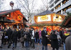 Weihnachtsmarkt auf dem Gerhart Hauptmann Platz in der Hamburger Innenstadt.