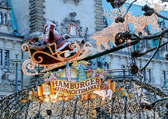 Weihnachtsmarkt am Hamburger Rathaus.