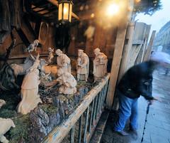 Geschnitzte Krippenfiguren auf einem Weihnachtsmarkt in der Hamburger Innenstadt.