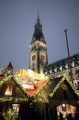 Weihnachtsmarkt vor dem Hamburger Rathaus.