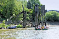 Alter Liegeplatz in der Billwerder Bucht in Hamburg Rothenburgsort; eine jetzt verrottete Wassertreppe aus Holz führte zu den ehemaligen Liegeplätzen für Binnenschiffe, die an den Holzdalben festgemacht hatten. (2012)
