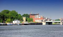 Bunkerstation - Bootstankstelle Hamburg Entenwerder. Ein Binnenschiff hat an der Anlegestelle vor dem Sperrwerk der Billwerder Bucht festgemacht.