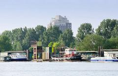 Alter Zollanleger / Zollstation Entenwerder, Hamburg Rothenburgsort - der Schlepper WILLI und das Fahrgastschiff SERRAHN LADY haben am Ponton festgemacht. Neben einfachen Holzhäusern steht eine moderne Büro-Architektur mit Aussichtsturm. Im Hin