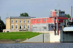 Betriebsgebäude vom Sperrwerk Billwerder Bucht - erbaut 1999 - 2002; im Hintergrund ein historisches Gebäude am Ausschläger Elbdeich.