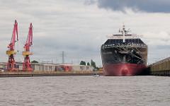 Frachtschiff als Auflieger am Kronprinzenkai im Kaiser Wilhelm Hafen, Barkasse auf der Fahrt durch den Hamburger Hafen.