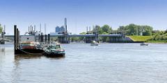Bootstankstelle / Bunkerboot in Hamburg Entenwerder - Sportboote haben das Sperrwerk Billwerder Bucht passiert und fahrten Richtung Norderelbe.