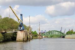 Fotos aus dem Hamburger Stadtteil Kleiner Grasbrook, Bezirk Mitte; alte Kräne im Veddelkanal / Brandenburger Ufer - im Hintergrund die Brücke der Klütjenfelder Straße.