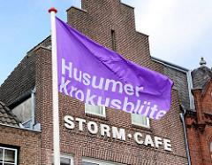Violette Fahne - Husumer Krokusblüte; Fassade Storm Café