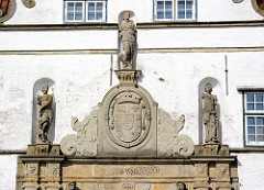 Portal des Torhauses Husumer Schloss - Wappen der Herzogin Augusta,  Figuren antiker Göttinnen - Aphrodite, Athene + Hera.