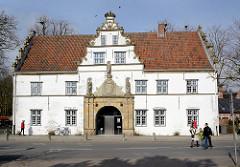 Torhaus zum Schlossbezirk vom Schloss Husum - Tordurchfahrt mit sandsteinernem Portal.