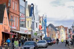 Hausfassaden historischer Gebäude in der Nordseestadt Husum - verschiedenfarbige Gestaltung; Architektur in der Norderstrasse.
