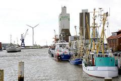 Husumer Hafen - Schiffe, Fischkutter am Hafenkai, Silogebäude.