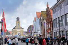 Hausfassaden - historische Geschäftshäuser, Wohnhäuser in der Grossstrasse in Husum - im Hintergrund die 1823 fertig gestellte Marienkirche - Architekt dänischer Baumeister Christian Frederik Hansen - klassizistische Architektur.