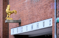 Eingang Husumhus mit goldenem Hahn - Fotos aus der Nordseestadt Husum.