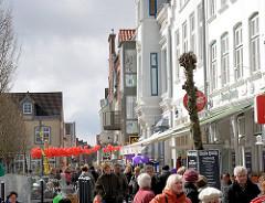 Uferpromenade am Husumer Binnenhafen - Touristen und historische Architektur.